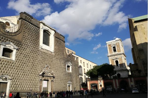 Piazza del Gesù, con la Chiesa del Gesù nuovo (a sinistra); il campanile di Santa Chiara (sullo sfondo) e parte della facciata di Santa Chiara (a destra)
