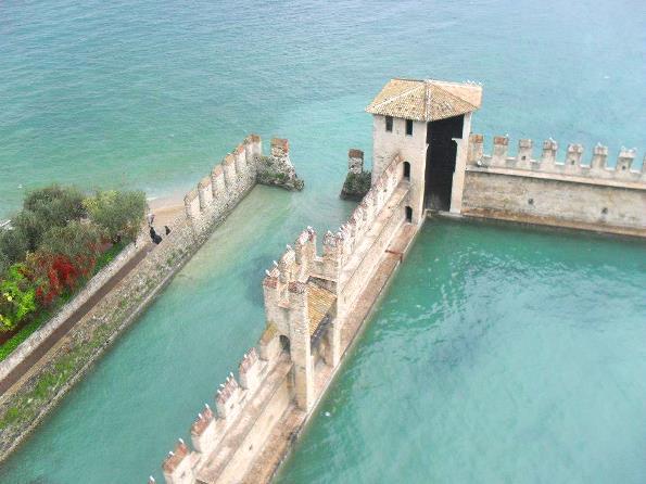 Weekend Veneto la rocca di Sirmione che si getta nel lago