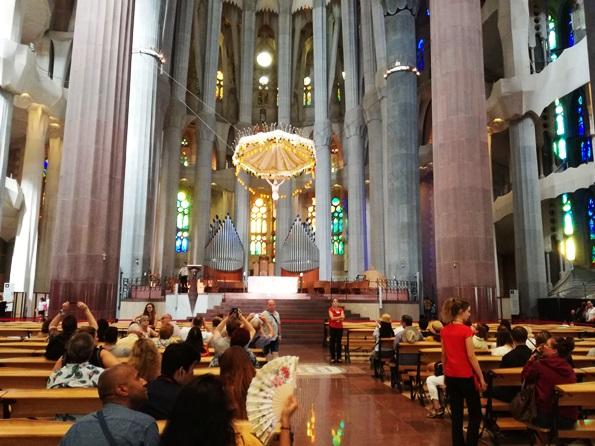 Interno con vista verso l'altare della Sagrada Familia